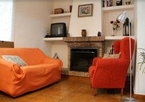 Sala de estar con chimenea y sillones junto a ella