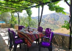 Vistas del porche con mesa y sillas frente al entorno