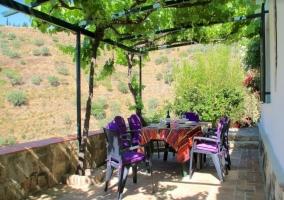 Vistas del porche con mesa y sillas