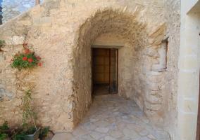 Entrada con arco de piedra