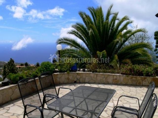 Vistas de la terraza con mesa y sillas de exterior
