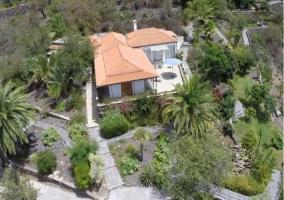 Acceso principal con vistas de la casa desde el aire