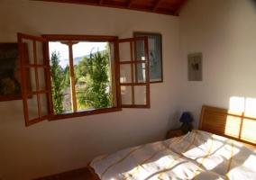 Dormitorio de matrimonio con ventana abierta