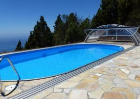 Vistas de la piscina abierta y con vistas