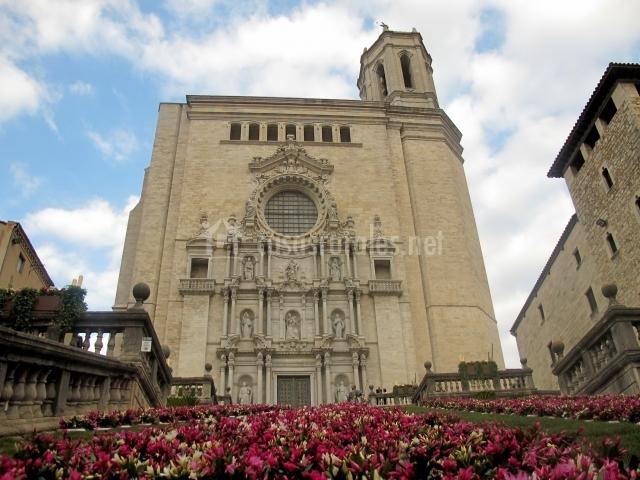 Catedral con flores