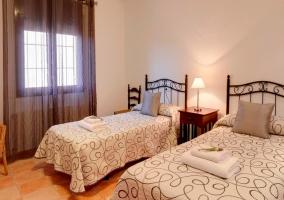 Habitación con dos camas individuales separadas