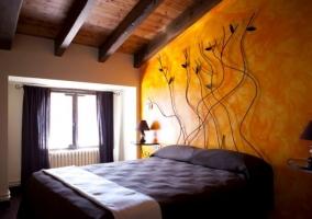 Dormitorio de matrimonio con colchas en marrones