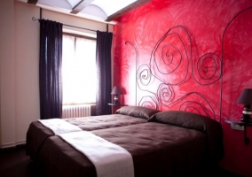 Dormitorio de matrimonio con original cabecero
