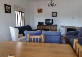 Salón con mobiliario y televisión