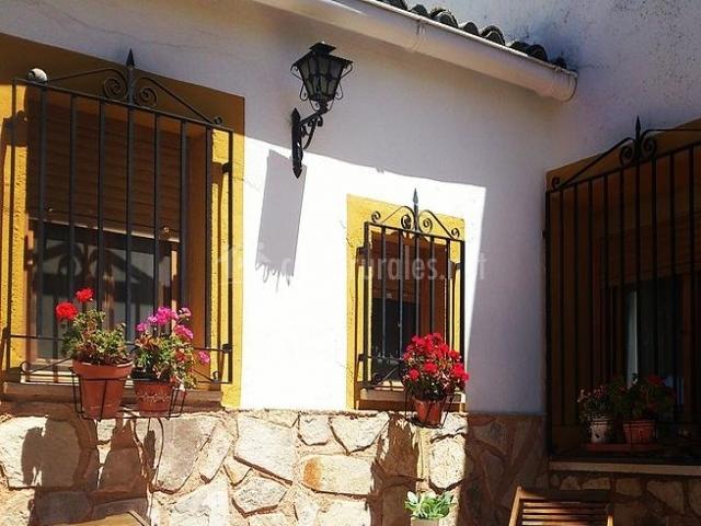 Tumbonas de madera a la entrada de la casa