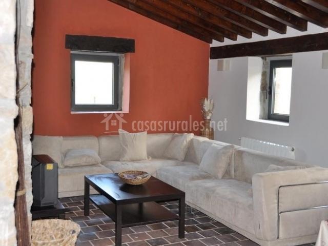 Gran sofá en tonos claros