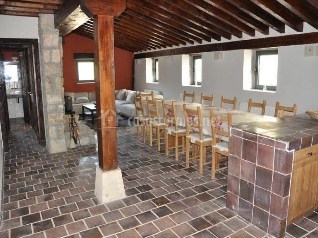 Salón con vigas de madera en el techo