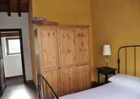 Armario de madera en dormitorio doble