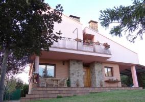 Fachada de la casa con terraza amplia y porche