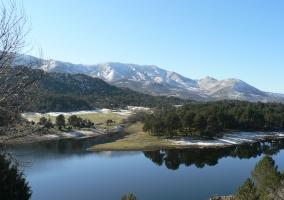 Río Alberche con los picos nevados de la sierra