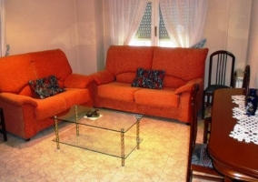 Sala de estar con sillones de color naranja