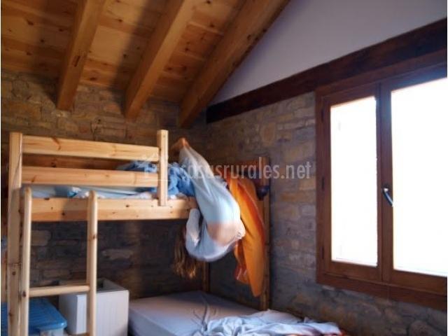 Dormitorio con literas en la planta superior