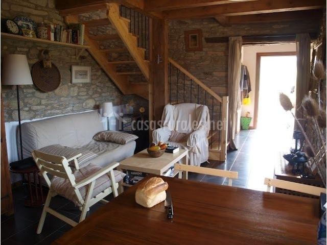 Sala de estar y entrada al lado