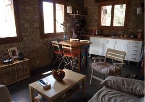 Sala de estar y cocina con sofá cama