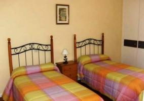 Dormitorio doble amarillo y rosa