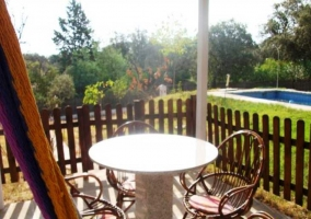 Mesa con sillas para comer en el jardín