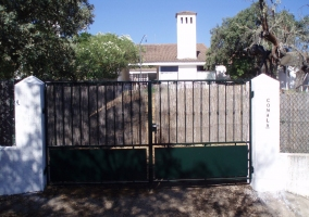 Puerta principal exterior a la casa rural