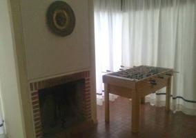 Futobolín en el salón con chimenea