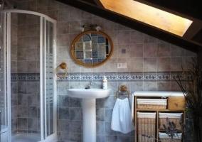 Baño con ducha y con techo abuhardillado