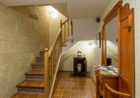Recibidor y escaleras a la planta superior de la casa rural