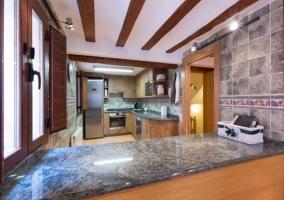 Ventanas con vistas al exterior en la cocina