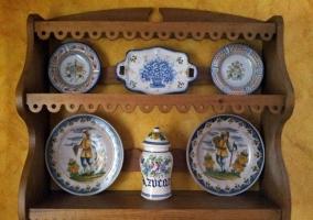 Detalles decorativos en el salón de la casa rural