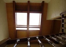 Escaleras con acceso a la parte superior y ventana en el techo