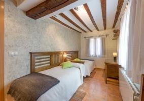 Habitación doble con camas individuales y ventanas + calefacción