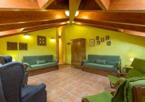 Sala de estar con techos de madera muy llamativos