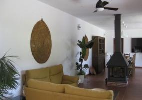 Salón del pabellón con chimenea