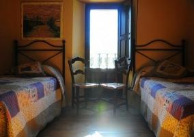 Habitación 2 camas con balcón