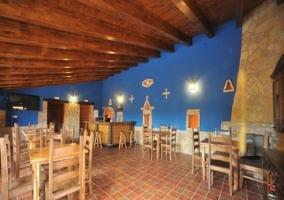 Comedor común con paredes azules
