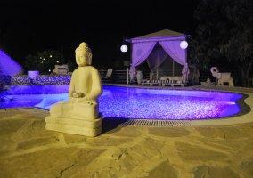 Vista nocturna de la piscina
