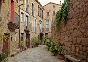 Pueblo aledaño con calles de piedra