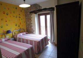 Dormitorio con detalle de manos en la pared