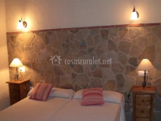 Dormitorio Doble con Pared de Piedra