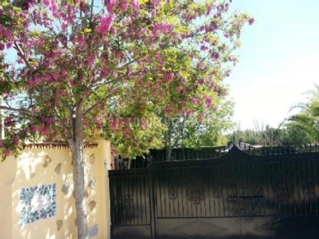 Puerta de acceso a la casa rural