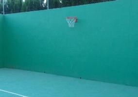 Canasta de Baloncesto en Pista de Tenis
