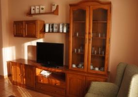 Sala de estar y un cuadro de cerezas en la zona de comedor