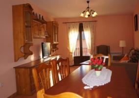 Sala de estar con muebles de madera y televisor