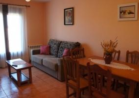 Sala de estar con zona de descanso vista desde el comedor