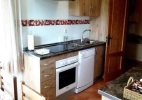 Cocina amueblada con horno y vitrocerámica