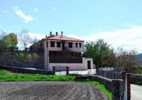 Fachada de la casa con escaleras exteriores y paisaje