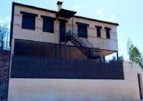 Fachada de la casa con escaleras exteriores