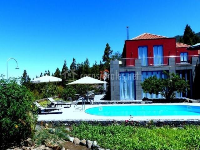 Acceso a la vivienda con una piscina frente a la fachada